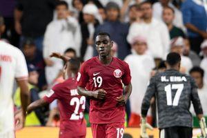 Xấu hổ cảnh cổ động viên UAE chửi bới, ném giầy vào cầu thủ Qatar