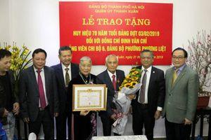 Bí thư Thành ủy Hoàng Trung Hải trao Huy hiệu Đảng cho đảng viên lão thành
