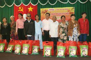 Báo GĐVN tặng quà Tết cho các gia đình giáo dân có hoàn cảnh khó khăn tại Nghệ An
