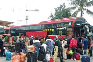 Hà Nội: Khách lỉnh kỉnh đồ đạc bắt đầu đổ về bến xe nghỉ Tết