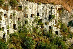 Khung cảnh ngoạn mục của nghĩa địa 'tổ ong' 3.000 năm tuổi ở Italy