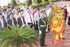 Dâng hương tại Khu tưởng niệm Tổng Bí thư Lê Duẩn