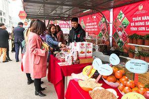Giá hoa quả, thực phẩm 'leo thang' ngày cận Tết