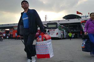 Bến xe vắng lạ thường, đường cửa ngõ 'ngộp thở' xe cá nhân về quê đón Tết