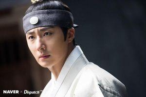 'Haechi': Dispatch tung bộ ảnh 'đẹp hơn hoa' của Hoàng tử Jung Il Woo