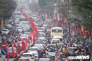 Mọi ngả đường Thủ đô tắc nghẽn, CSGT căng mình điều tiết dòng xe cộ chiều cuối năm