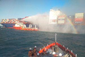 Đoàn cứu hộ ứng phó Hà Lan tiếp cận tàu hàng Singapore bị cháy