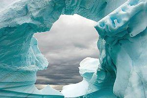Phát hiện lỗ hổng khổng lồ dưới đáy sông băng nguy hiểm nhất thế giới