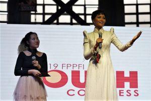 H'Hen Niê mặc áo dài trắng, giản dị trò chuyện với 12.000 khán giả Philippines