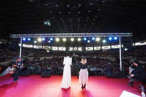 Khoảnh khắc 'nghẹt thở' của fan sắc đẹp Philippines vây kín lấy H'Hen Niê đông hơn cả liveshow