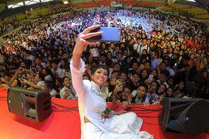 H'Hen Niê được hàng ngàn khán giả Philippines quây kín, hâm mộ cuồng nhiệt