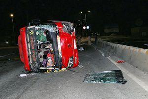 Xe chở khách về quê ăn Tết tông gãy cột đèn rồi lật khiến nhiều người bị thương