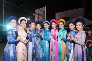 BST Đại sứ Áo dài của NTK Việt Hùng lộng lẫy trên sân khấu thời trang Lễ hội Tết Việt