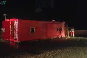 Xe khách lật trên quốc lộ 51, gần 20 người nhập viện