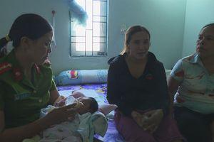 Nữ CA cứu sống bé sơ sinh nằm khóc dưới hố rác