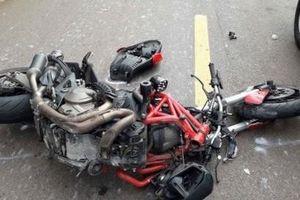 Ducati vỡ nát khi 'hôn' đuôi xe đầu kéo