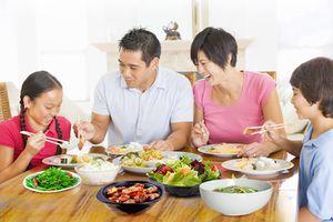 3 VẤN ĐỀ ĐÁNG LO cho sức khỏe của trẻ nếu như cha mẹ để con ăn đồ ngọt thay cơm ngày Tết