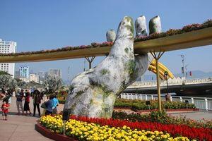 Cận cảnh cầu Vàng tại đường hoa Tết Kỷ Hợi ở Đà Nẵng