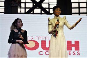 H'Hen Niê đốn tim fan Philippines nhờ món đồ 2 trong 1 độc đáo và ý nghĩa