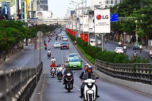 Cảnh đối lập trên đường phố Sài Gòn trước và sáng mùng 1 Tết