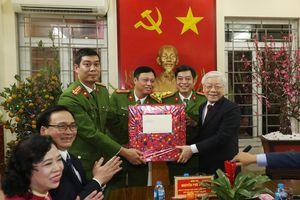 Tổng Bí thư, Chủ tịch nước Nguyễn Phú Trọng chúc Tết cán bộ, chiến sĩ và nhân dân Thủ đô trước thời khắc giao thừa