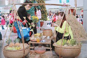 Đầu năm, mẹ dẫn đi chợ Tết... người nghèo