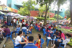 Hàng quán TPHCM đông nghịt khách ngày mùng 1 Tết, giá tăng 15%