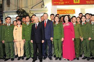 Tổng Bí thư, Chủ tịch nước bách bộ đêm giao thừa, chúc tết Nhân dân và cán bộ, công nhân
