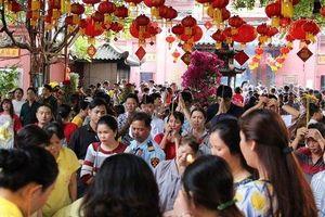Người dân TP.HCM lễ chùa cầu bình an ngày đầu năm mới Kỷ Hợi