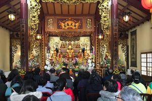 Việt kiều Pháp nô nức đi lễ đầu năm