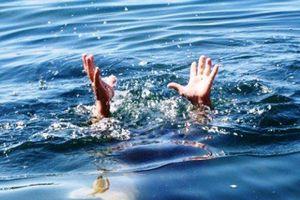 Đùa giỡn trên xuồng, 9 cháu bé rơi xuống sông