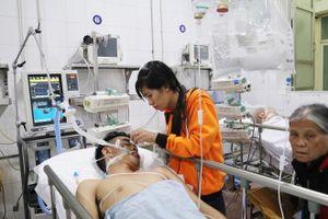 Bệnh viện Việt Đức chật cứng bệnh nhân pháo nổ và tai nạn giao thông