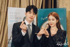 'Touch Your Heart': Ảnh hậu trường đáng yêu, đây là lý do nên xem màn tương tác giữa Lee Dong Wook - Yoo In Na vào tối nay