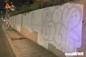 Xóa những hình vẽ bôi bẩn lên con đường hơn 300 tỷ đồng ở Hà Nội