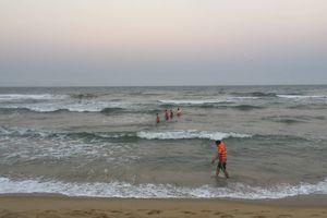 Tắm biển đầu năm, 5 học sinh tử vong: Tích cực tìm nạn nhân mất tích