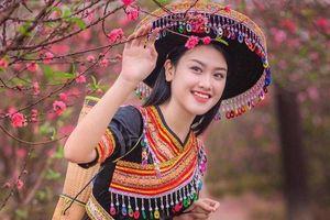 Nhan sắc xinh đẹp của nữ sinh Học viện Phụ nữ Việt Nam bên đào xuân
