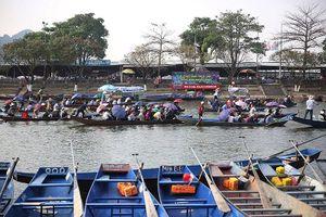 Vừa ăn tết xong, hơn 120.000 người đổ về chùa Hương trẩy hội