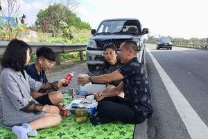 Người mở tiệc trên đường cao tốc làm việc với công an