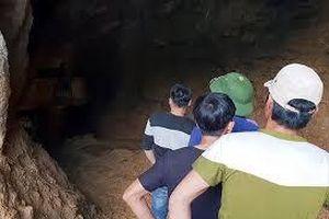 Kinh hãi phát hiện thi thể đang phân hủy trong hang núi