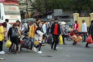 Hết Tết, người dân lỉnh kỉnh đồ đạc trở lại thủ đô