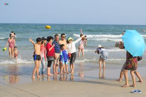 Biển Đà Nẵng hút khách dịp Tết