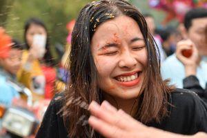 Gái làng chạy tán loạn trong lễ hội ném cà chua ở Thanh Hóa