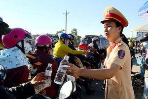 Phát nước miễn phí cho người dân đi đường bị kẹt xe