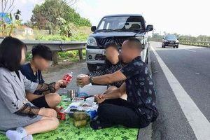 Phạt 5,5 triệu đồng, tước bằng 2 tháng tài xế tổ chức ăn uống trên đường cao tốc