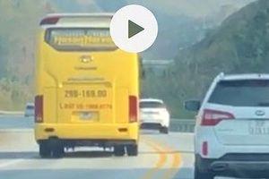 Hàng loạt ô tô lấn làn vượt ẩu trên cao tốc Nội Bài - Lào Cai