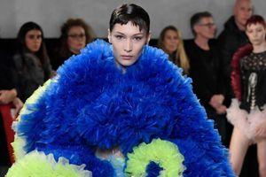 Bella Hadid đẹp lạnh lùng trong đầm hoa khổng lồ tại New York Fashion Week