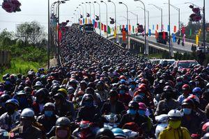 Đường tắc dài cả đầu Hà Nội và TPHCM sau kì nghỉ Tết