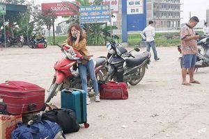 Sau kỳ nghỉ Tết: Chờ 'dài cổ' vẫn không bắt được xe khách trở lại thành phố