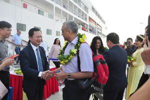 Lãnh đạo tỉnh chúc tết khách du lịch tàu biển quốc tế đến Hạ Long