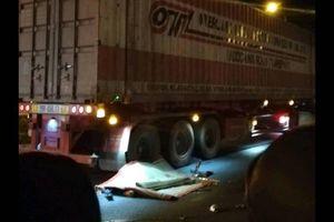Va chạm với xe tải, 1 người chết, 2 người bị thương